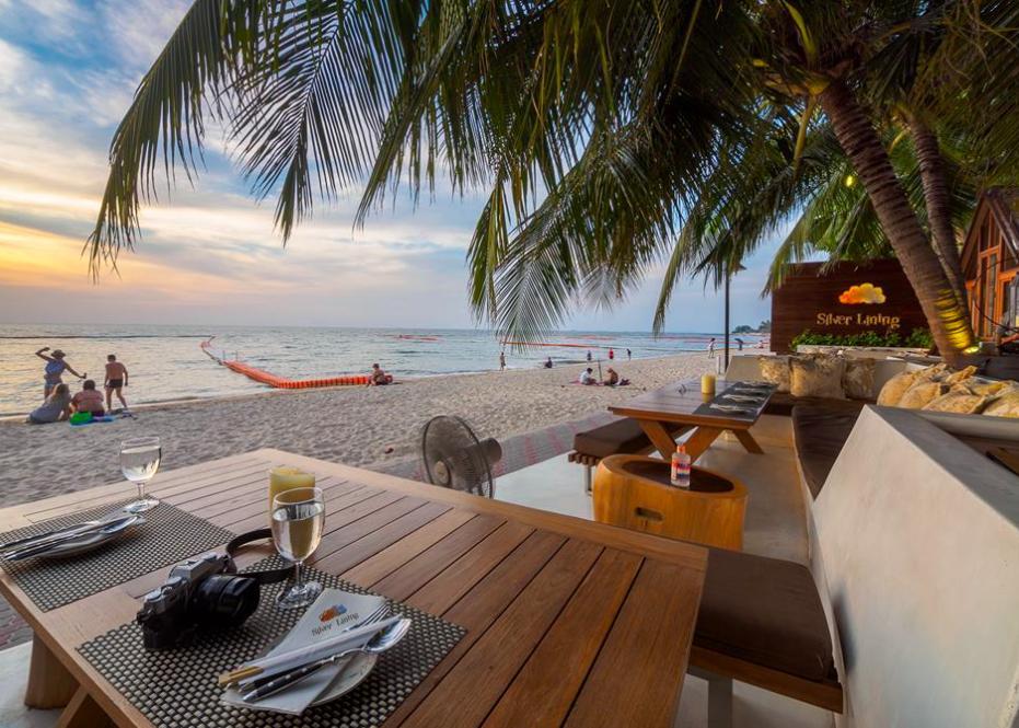 2个中国男人与泰国姑娘在芭提雅海滩的双人约会计划