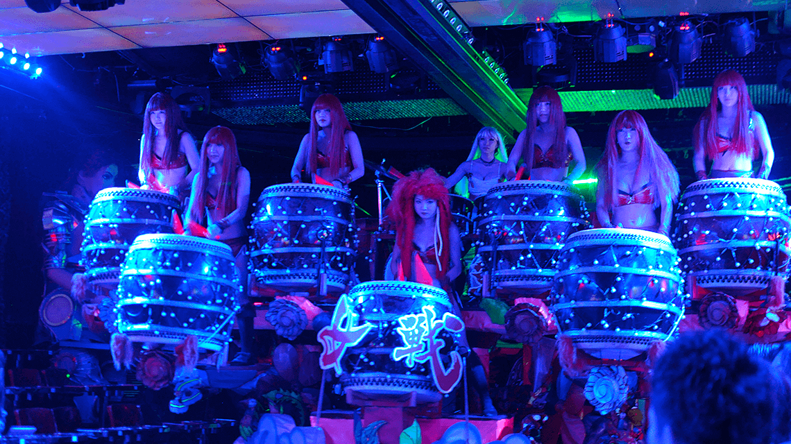 着名的机器人餐厅在歌舞伎町区,新宿,东京,日本