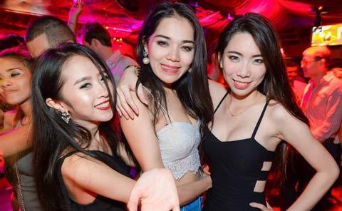 停留在Mixx夜总会的曼谷女孩在泰国